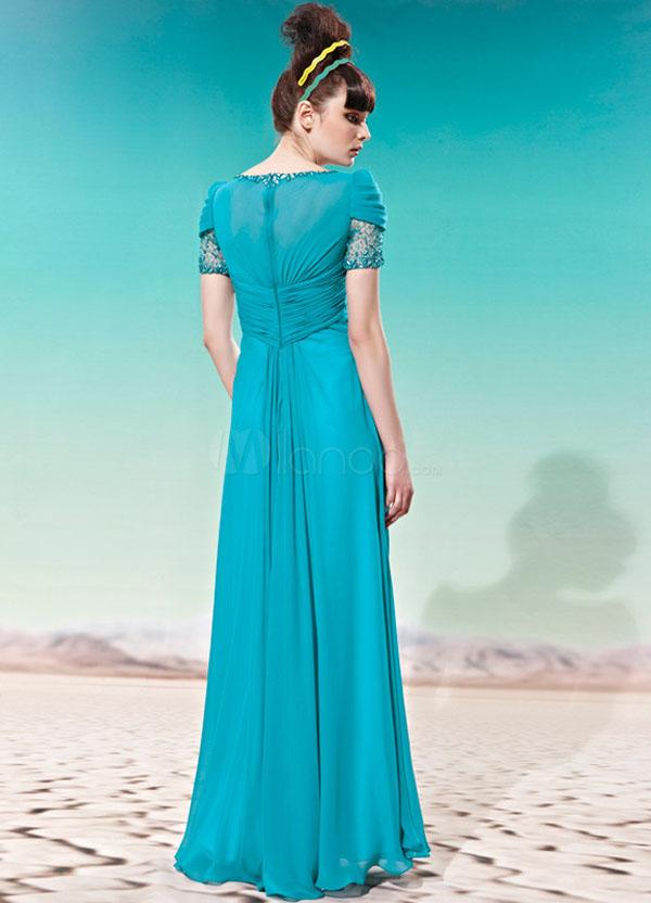 فستان ابيض طويل من تصميم نورمان هارتنل من عام 1951 مشكوك باللؤلؤ والخرز